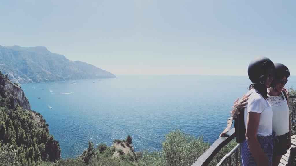 Uitzicht op de kliffen langs de kustbaan