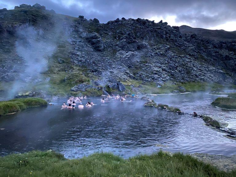 Se baigner dans la nature islandaise